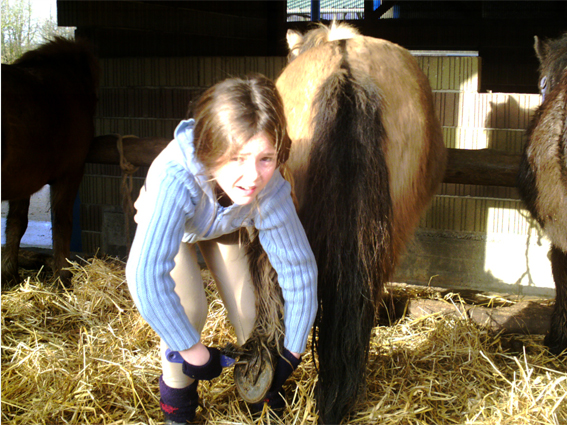 margaux s'occupe de son cheval